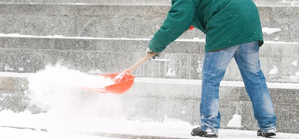 Winterdienst in öffentliche Anlagen Gehwegen Eingang Auffahrten Straßen